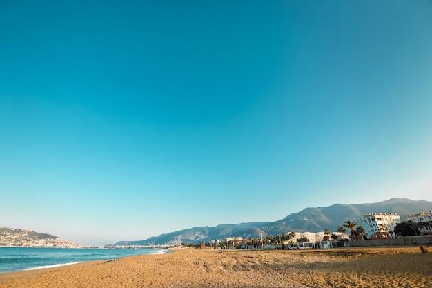 Vista al océano o al mar en azul por la mañana. relajación, concepto de tranquilidad. copie el espacio.