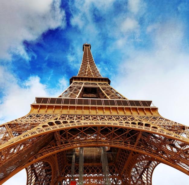 Vista al pie de la torre eiffel.parís, francia.