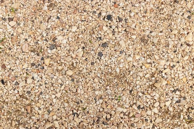 Vista al piso con varios tipos de piedras.