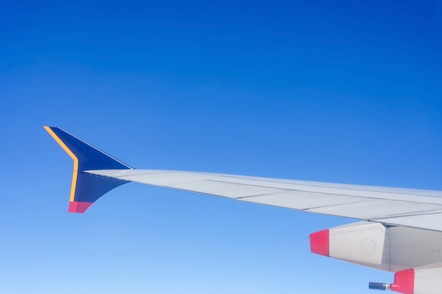 Vista del ala del avión desde el asiento de la ventana del avión