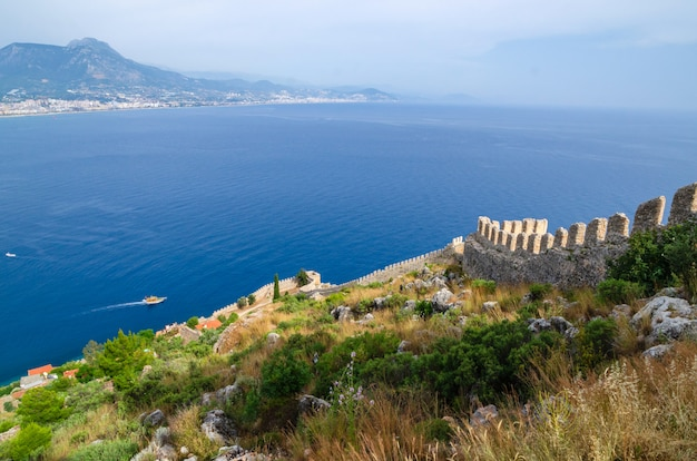 Vista de alanya y kyzil kule desde la fortaleza de alanya. turquía