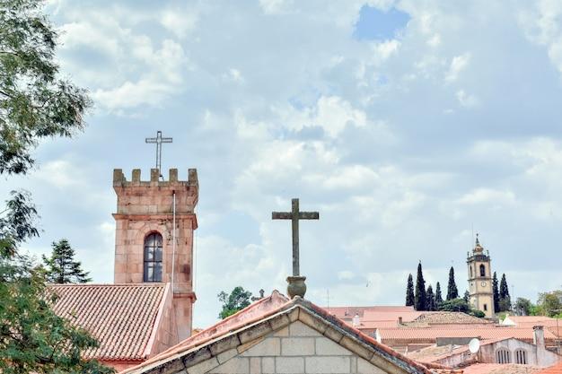Vista de almeida, pueblo portugués. torres y cruces en el horizonte de la ciudad.