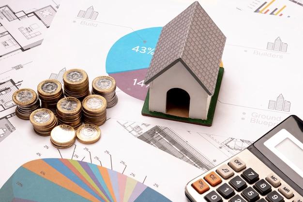 Vista alta casa modelo de juguete y calculadora