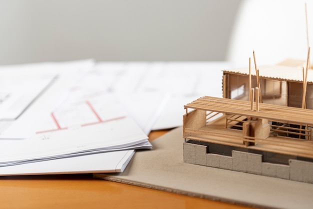 Vista alta casa modelo de juguete hecha de madera