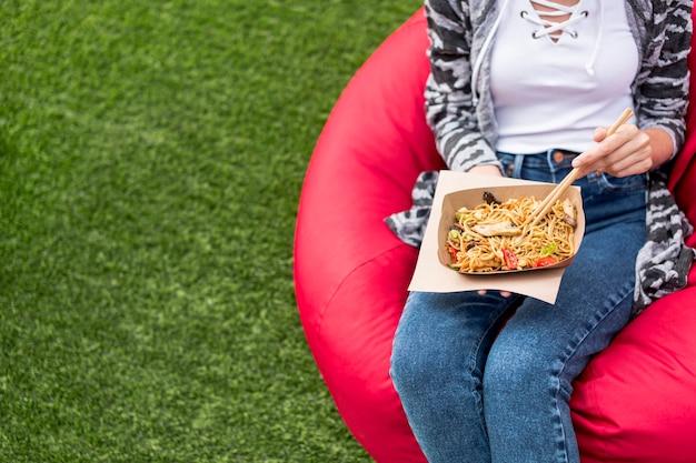 Vista alta comida china para llevar en el parque