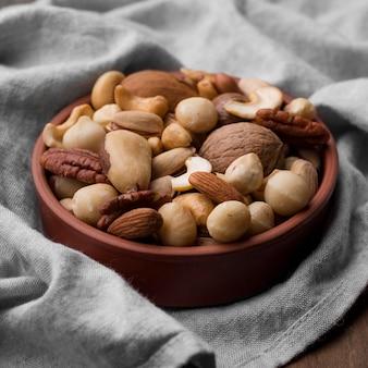 Vista alta deliciosa merienda de nueces en un tazón