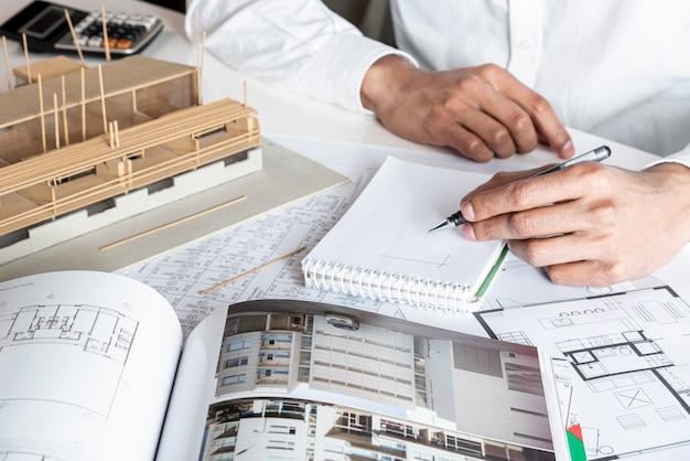 Vista alta del escritorio con materiales inmobiliarios