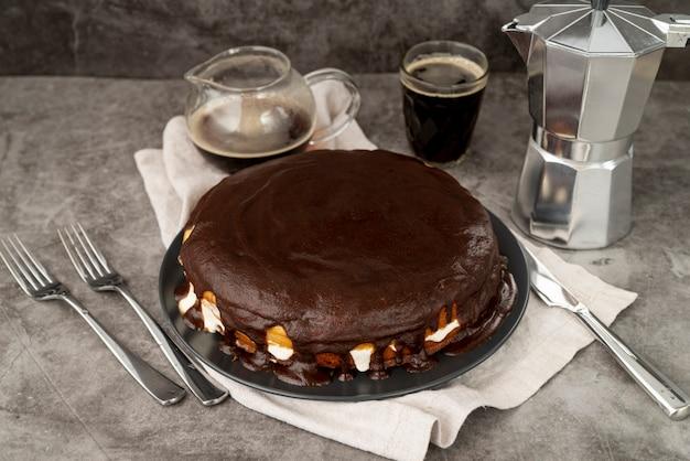 Vista alta pastel de chocolate con café recién hecho