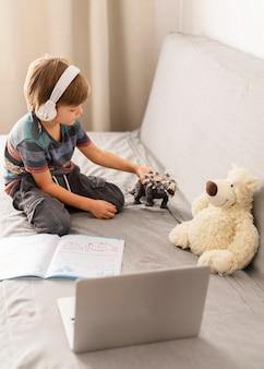 Vista alta del pequeño estudiante en línea