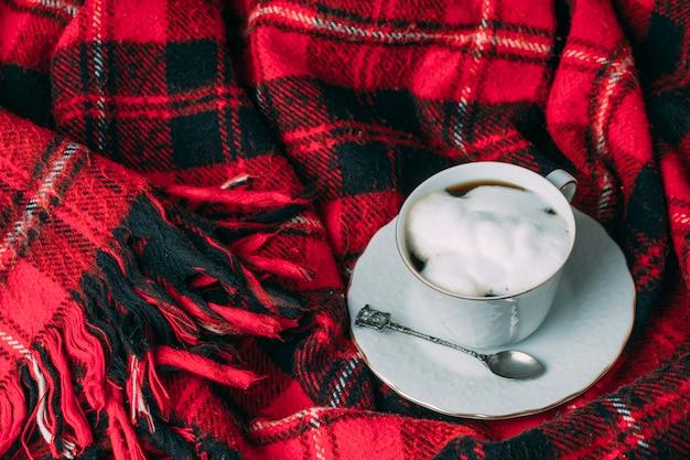 Vista alta taza de café con espuma