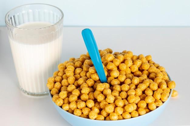 Vista alta tazón de cereales y leche de la mañana