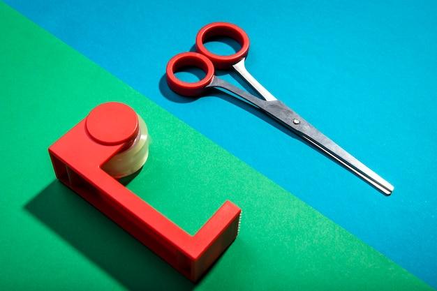 Vista alta tijeras rojas y artículos de escritorio de escritorio