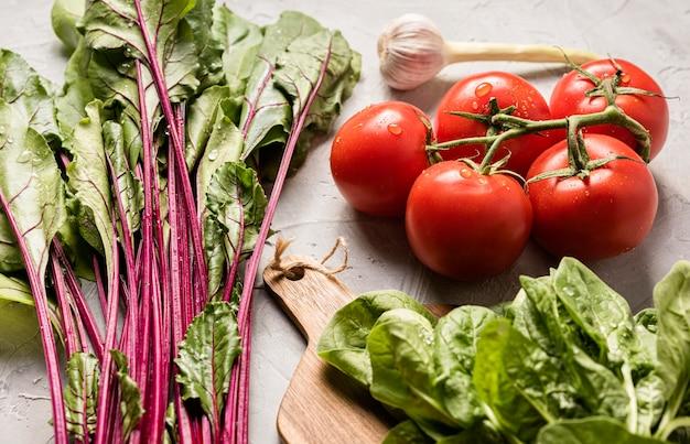 Vista alta de tomates y ensalada saludable