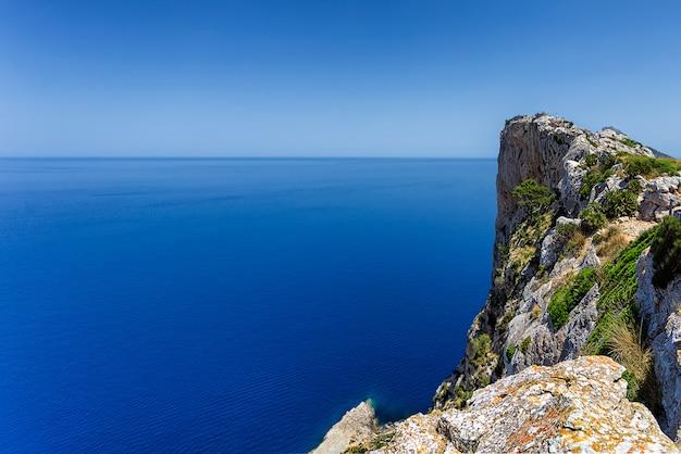 Vista del alto acantilado rocoso en la península de formentor, mallorca