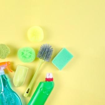 Vista de alto ángulo de diversos suministros de limpieza