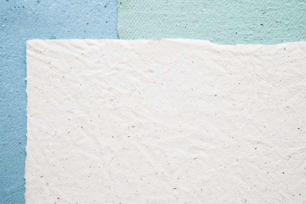 Vista de alto ángulo de fondo de papeles coloridos