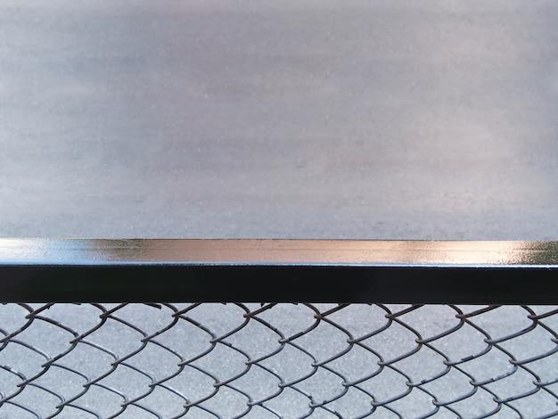 Vista de alto ángulo de valla metálica por la carretera