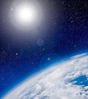 Vista de altura entre cielo y espacio.