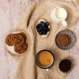Vista alzada de elementos del desayuno