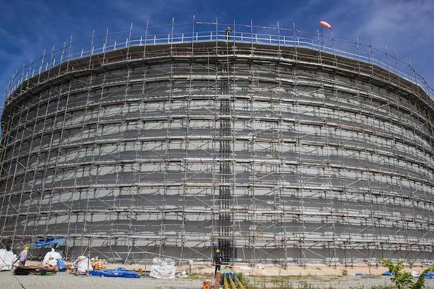 Una vista de andamios para la construcción de aceite del tanque de almacenamiento