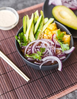 Vista de ángulo de alimentos crudos saludables