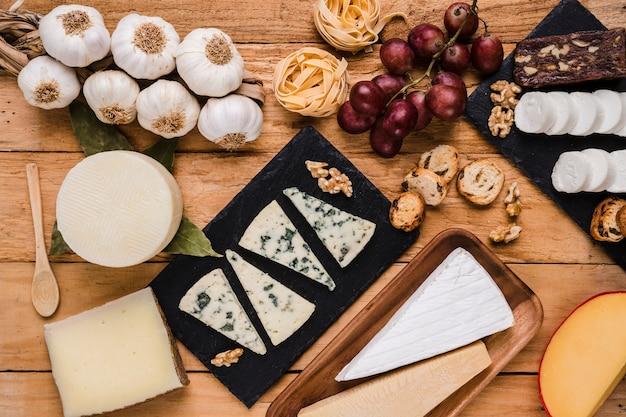 Vista de ángulo alto de alimentos crudos orgánicos saludables para el desayuno