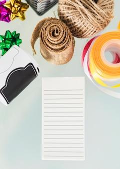 Vista de ángulo alto de artículos decorativos se burlan en el escritorio