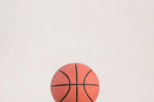 Vista de ángulo alto de baloncesto sobre fondo blanco