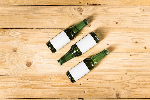 Vista de ángulo alto de botellas alcohólicas en superficie de madera