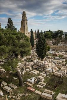 Vista de ángulo alto del cementerio con la iglesia en el fondo, ciudad vieja, jerusalén, israel