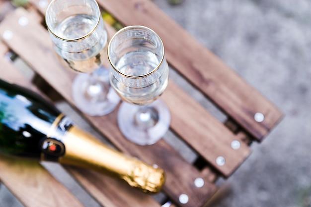 Vista de ángulo alto de copa de champán en mesa de madera