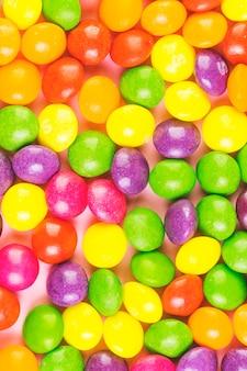 Vista de ángulo alto de dulces caramelos de colores