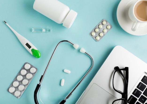 Vista de ángulo alto de equipos de salud en escritorio azul