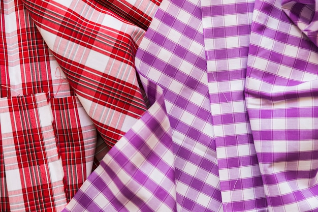 Vista de ángulo alto de fondo de ropa de algodón púrpura y rojo