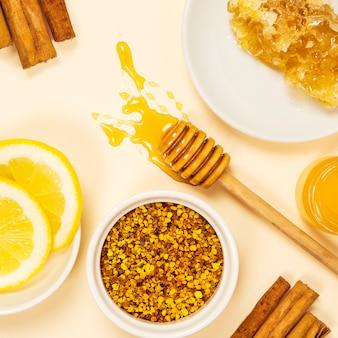 Vista de ángulo alto de ingrediente saludable sobre fondo blanco