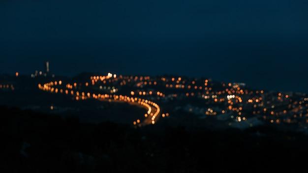 Vista de ángulo alto de luz de campo borrosa sobre la montaña