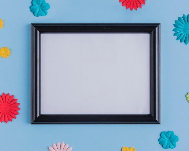 Vista de ángulo alto del marco blanco vacío con borde de madera negro