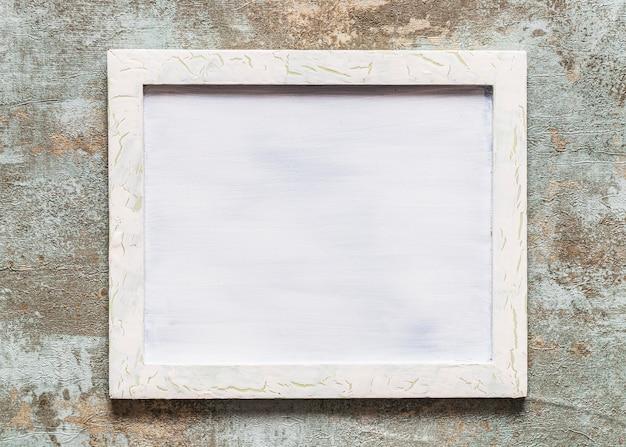 Vista de ángulo alto de marco en blanco