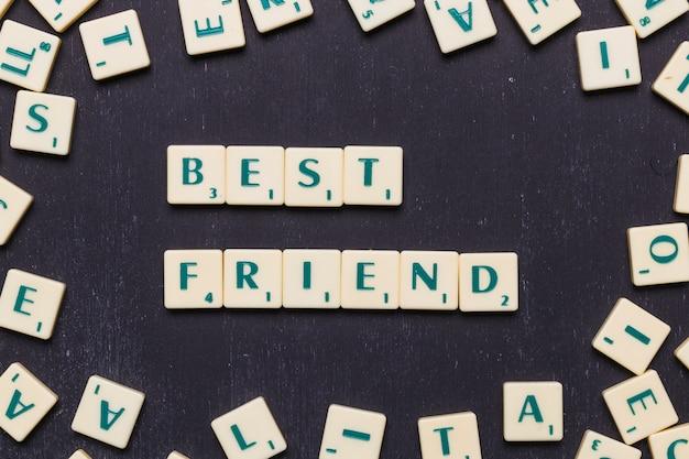 Vista de ángulo alto del mejor amigo hecho con letras scrabble