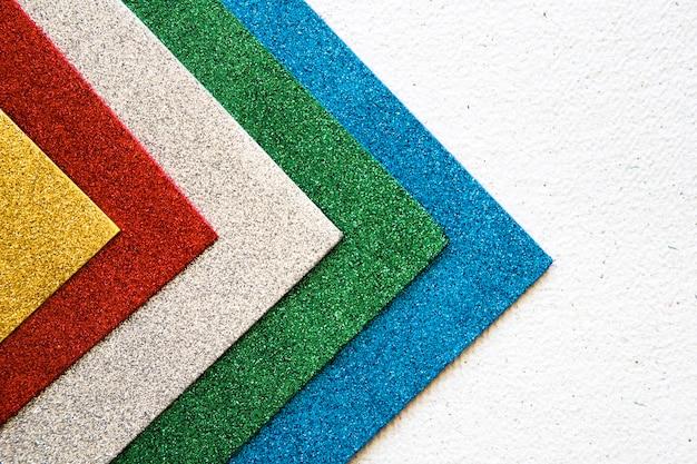 Vista de ángulo alto de múltiples trapos de colores sobre fondo de hormigón