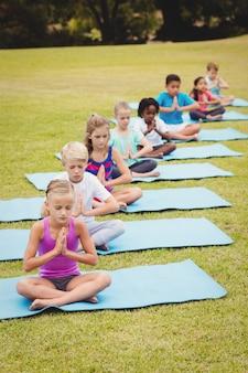 Vista de ángulo alto de niños haciendo yoga
