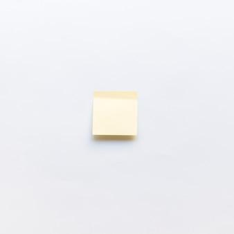 Vista de ángulo alto de nota adhesiva sobre fondo blanco