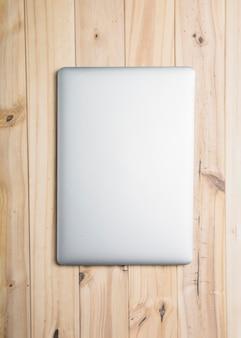 Vista de ángulo alto de un ordenador portátil sobre fondo de madera