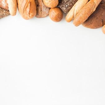 Vista de ángulo alto de panes en la parte superior de fondo blanco