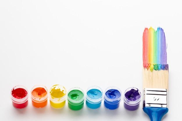 Vista de ángulo alto de pintura colorida y pincel