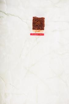 Vista de ángulo alto de postre de tiramisú en mármol