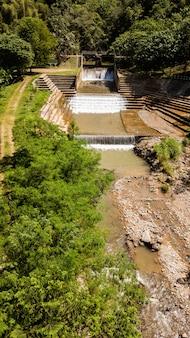 Vista de ángulo alto de presas en el pequeño río en tailandia