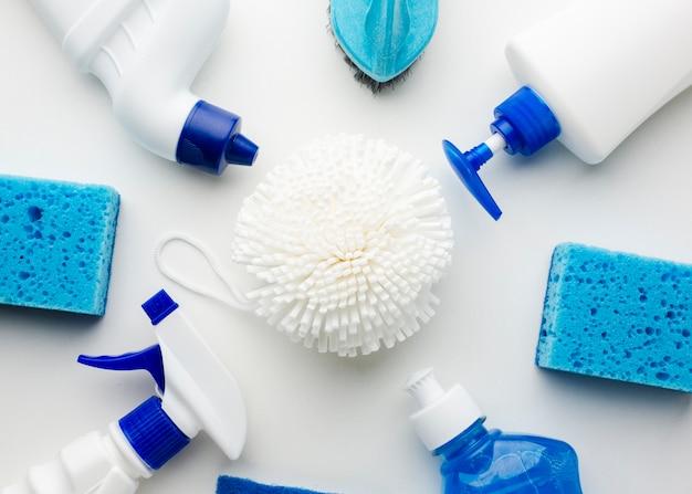 Vista de ángulo alto de productos de limpieza de