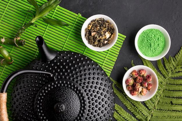 Vista de ángulo alto de té matcha verde y hierba seca