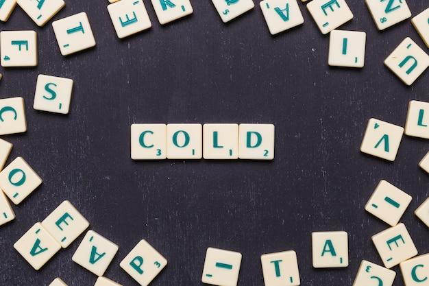 Vista de ángulo alto de texto frío en letras scrabble